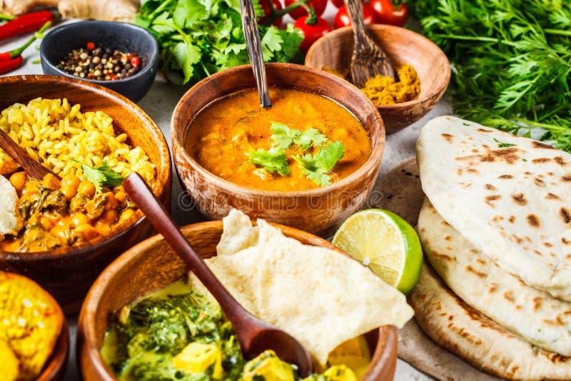 Nahrungsmitteltraditionelle indische Küche Dal, palak paneer, Curry, Reis, Chapati, Chutney in den hölzernen Schüsseln auf weißem stockfotografie
