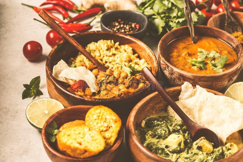Nahrungsmitteltraditionelle indische Küche Dal, palak paneer, Curry, Reis, Chapati, Chutney in den hölzernen Schüsseln auf weißem lizenzfreie stockfotos