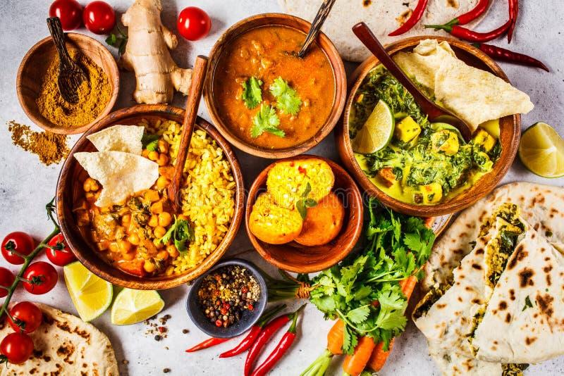 Nahrungsmitteltraditionelle indische Küche Dal, palak paneer, Curry, Reis, Chapati, Chutney in den hölzernen Schüsseln auf weißem lizenzfreies stockfoto