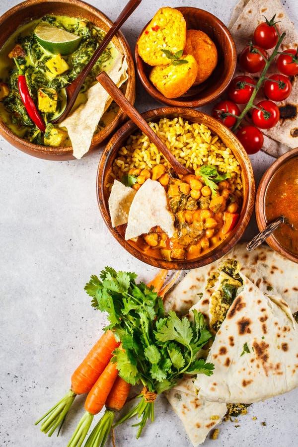 Nahrungsmitteltraditionelle indische Küche Dal, palak paneer, Curry, Reis, Chapati, Chutney in den hölzernen Schüsseln auf weißem lizenzfreie stockbilder