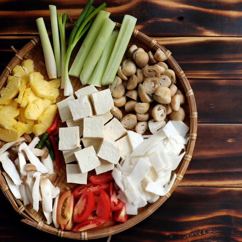 Nahrungsmittelverarbeitung für vegetarisches Mehl, Gemüse, Tomaten, Ananas, Bambusschießen und Tofu, Pilze stockfotos