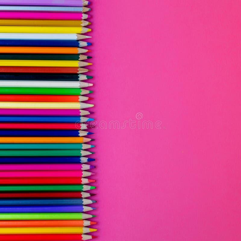 Nahtlose farbige pensils in Folge auf rosa Hintergrund Abschluss oben Bildung, Schulkonzept lizenzfreies stockfoto