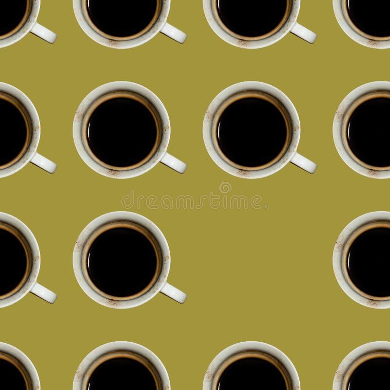 Nahtloses braunes Muster von schmutzigen Schalen mit Kaffee stockfotos