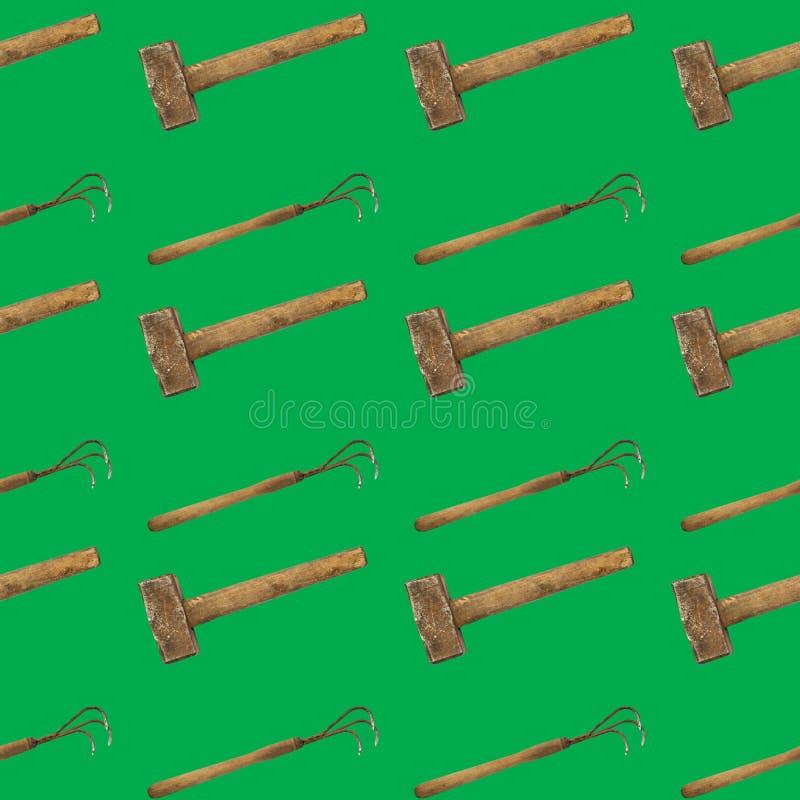 Nahtloses Muster der Hacke und des Hammers auf einem grünen Hintergrund stockfotografie