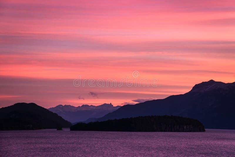 Nahuel Huapi sjö på solnedgången, Argentina arkivbilder