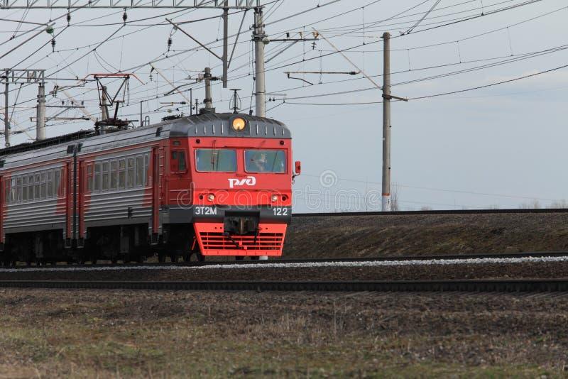 Nahverkehrszug-russische Eisenbahnen in der Bewegung lizenzfreie stockfotografie