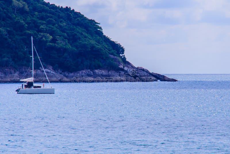 Nai哈恩海滩普吉岛美好的海景视图与风帆游艇的 库存图片