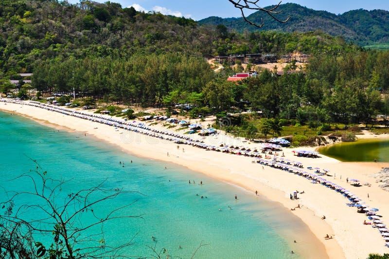 NaI-Han-Strand Phuket Thailand im April 2010 lizenzfreies stockbild