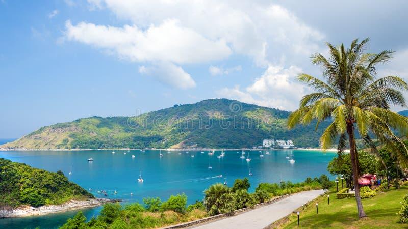 Nai Harn κόλπος - άνετος κόλπος με μια συμπαθητική παραλία, νησί Phuket, Ταϊλάνδη στοκ εικόνα
