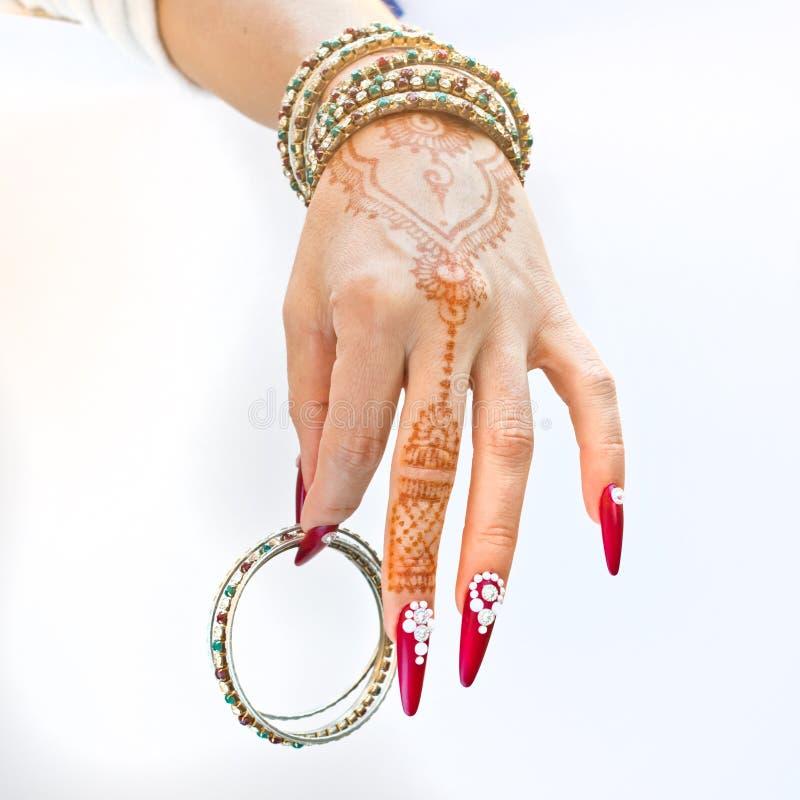 Download Nails Dekorerade Med Briljant Och Handen Med Hennatatueringar Arkivfoto - Bild av könsbestämma, smycken: 106829704