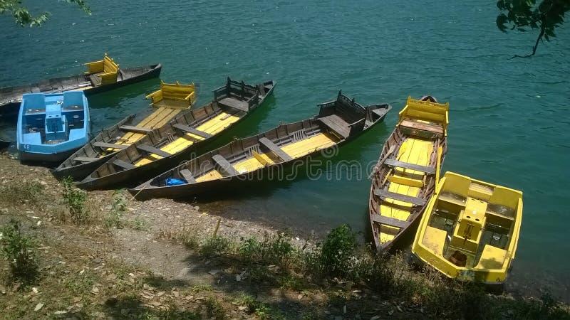 Nainital See und die Boote während des Besuchs lizenzfreie stockbilder