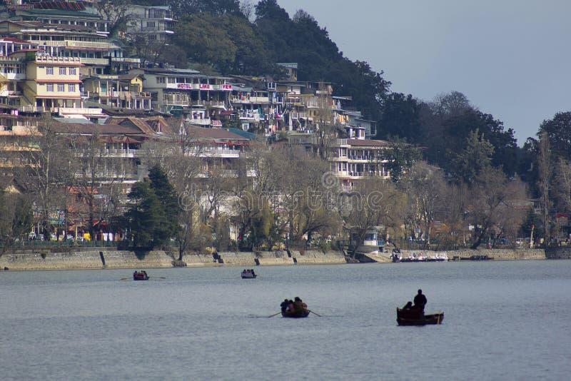 Nainital sjö med byggnader i bakgrunden, Uttarkhand, Indien royaltyfri fotografi