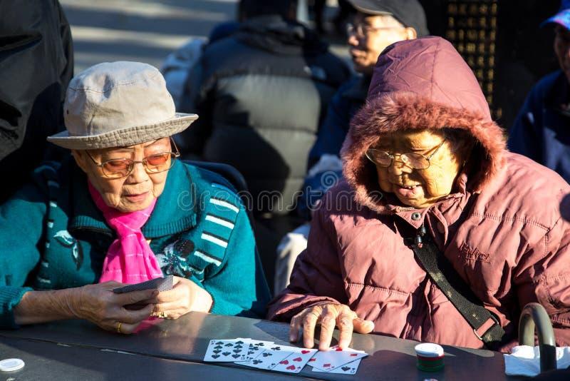Naipes chinos de las señoras en Columbus Park, NYC fotos de archivo