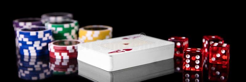Naipes, dados y juego de las fichas de póker, del concepto y casino imagenes de archivo