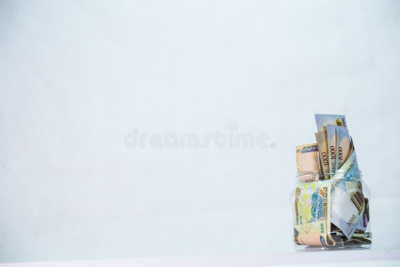 Naira nigeriano en una botella - concepto de ahorros locales imágenes de archivo libres de regalías