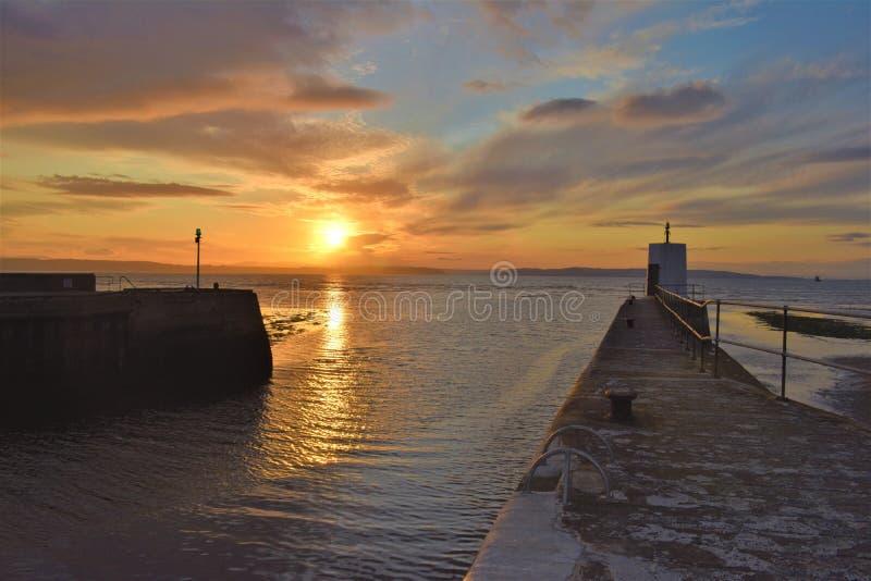 Nairn, montañas escocesas, entrada de puerto en la puesta del sol fotografía de archivo
