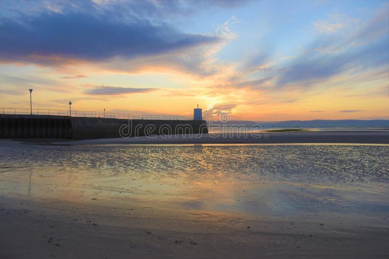 Nairn, montañas escocesas, playa del este en la puesta del sol fotografía de archivo libre de regalías