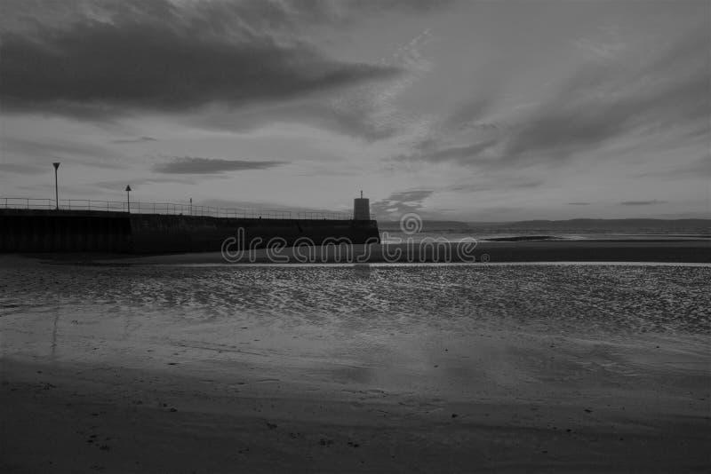 Nairn, montañas escocesas, playa del este en la puesta del sol fotos de archivo