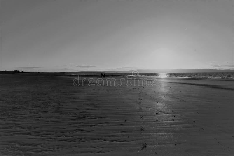 Nairn, montañas escocesas, playa del oeste en la puesta del sol imagenes de archivo