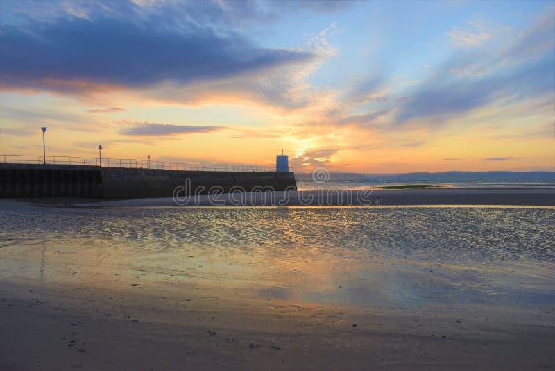 Nairn, montagnes écossaises, plage est au coucher du soleil photographie stock libre de droits