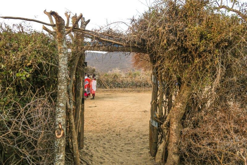 Nairobi - September 12, 2017, Massai-mensen van een dorp die zich onder een boom in de woestijn bevinden royalty-vrije stock afbeeldingen