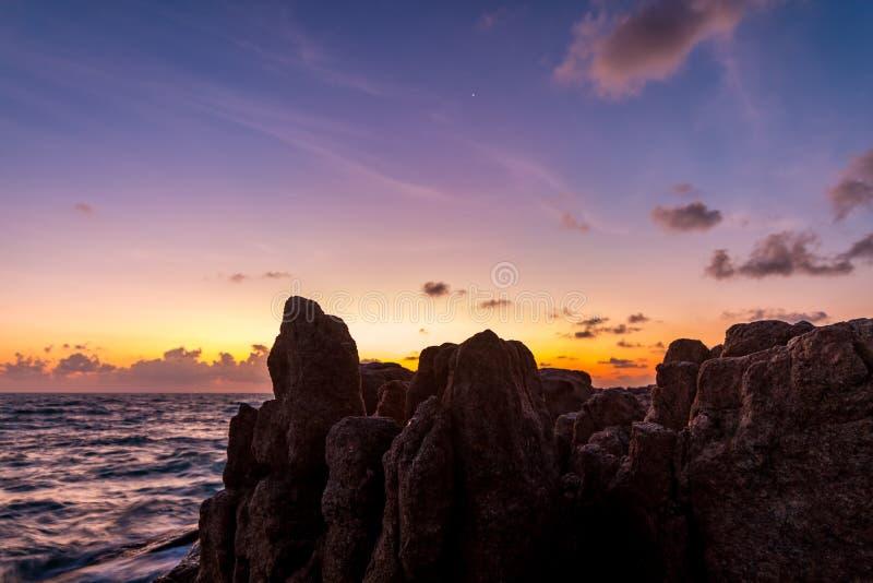 Naissez au-dessus de la mer et des roches sur une île tropicale photos stock