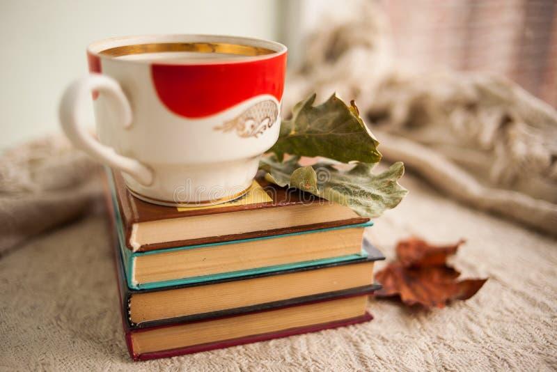Najaar leven we nog steeds met boeken en een koffiebok Homeliniteit royalty-vrije stock fotografie