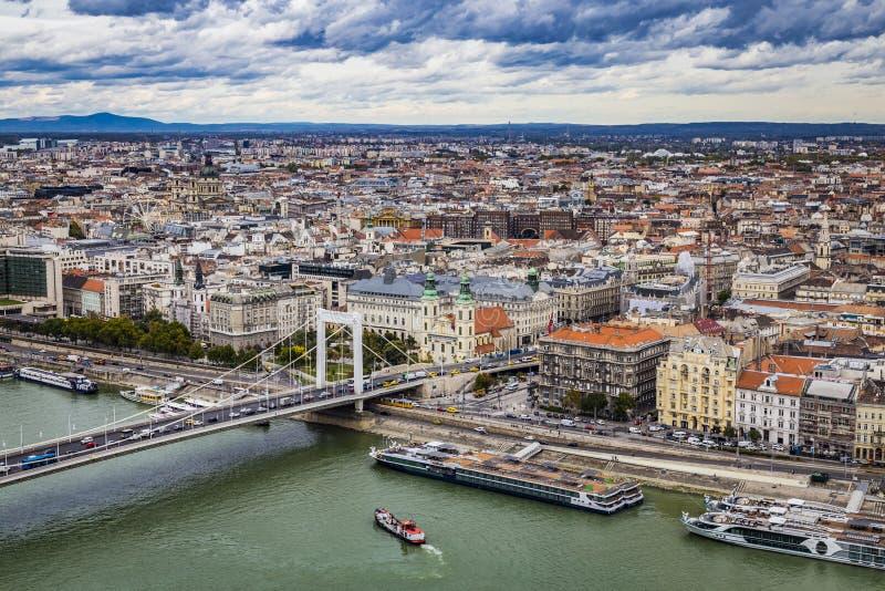 Najaar panoramisch beeld van Gellert Hill naar Pest side of Budapest and Elisabeth Bridge and River Danube op stormy weather Boed royalty-vrije stock foto