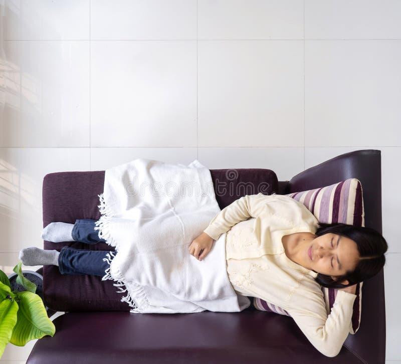 Najlepiej widoczna azjatka leżąca na kanapie obrazy royalty free
