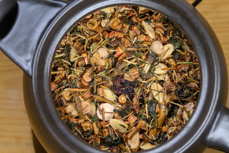 Najlepiej widoczna dzbanek z emalią z chińskimi ziołami leczniczymi i wkrótce zostanie odkodowany obrazy royalty free