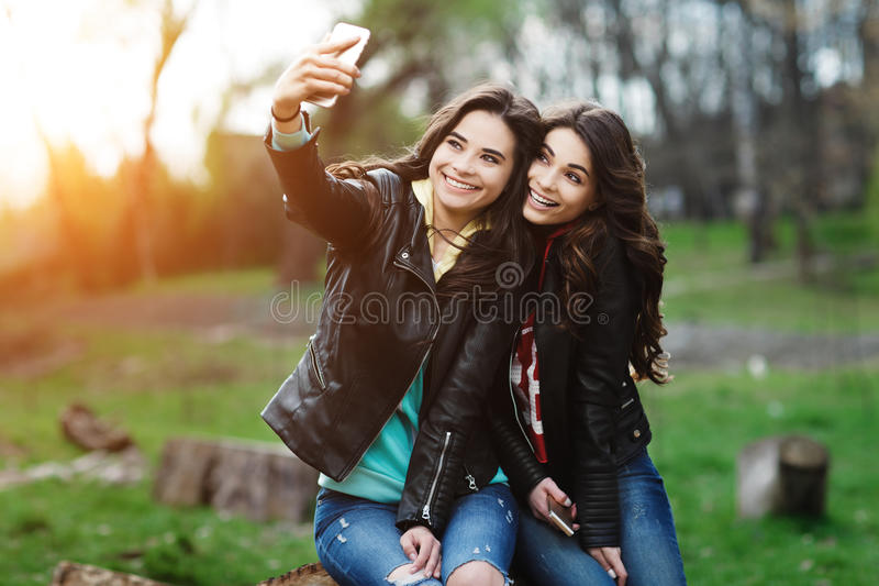 Najlepsi przyjaciele robią selfie obraz royalty free