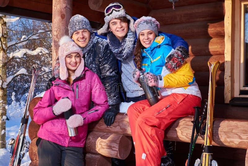 Najlepsi przyjaciele wydają zima wakacje przy halną chałupą obrazy stock