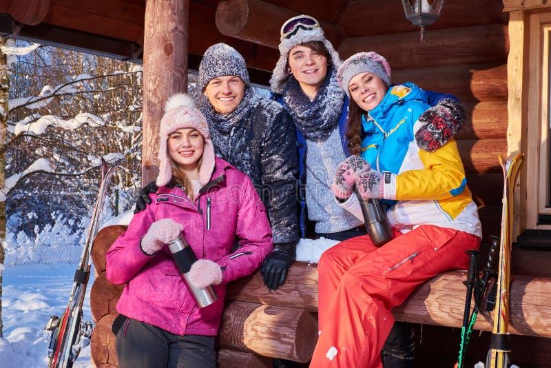 Najlepsi przyjaciele wydaje zima wakacje przy halną chałupą obraz royalty free