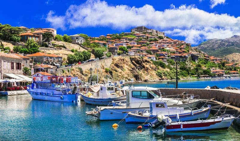Najlepsza Grecja - wyspa Lesvos. Mithimna. widok portu i Å›redniowiecznego zamku na szczycie wzgórza zdjęcie stock