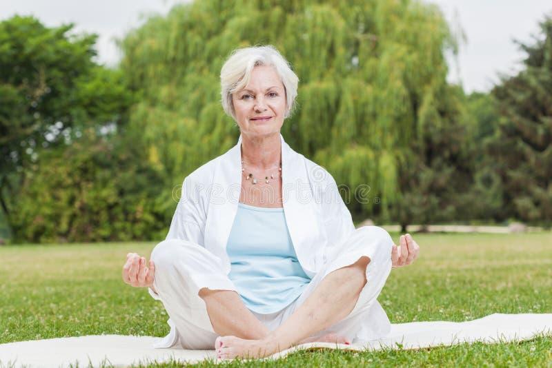 Najlepszy ager kobiety ćwiczy joga mrówki tai chi obraz stock