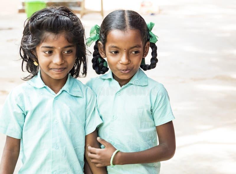 Najlepszy dziecko przyjaciół dziewczyn koledzy z klasy uśmiecha się stać z ręką na rękach przy szkołą Wieloetniczny szkoła dzieci fotografia stock