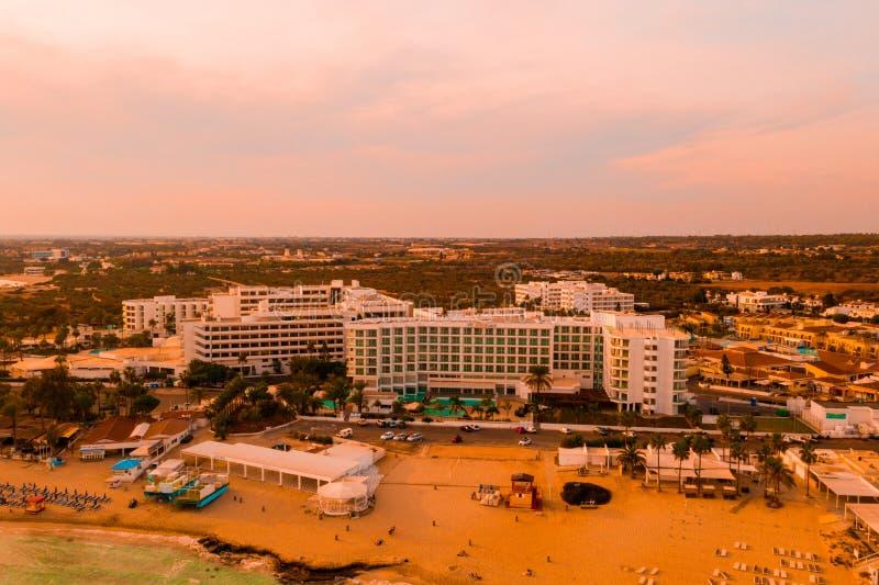 Najlepszy kurortu teren Cypr, Nissi pla?a hotele, zatoki, parki zdjęcia stock