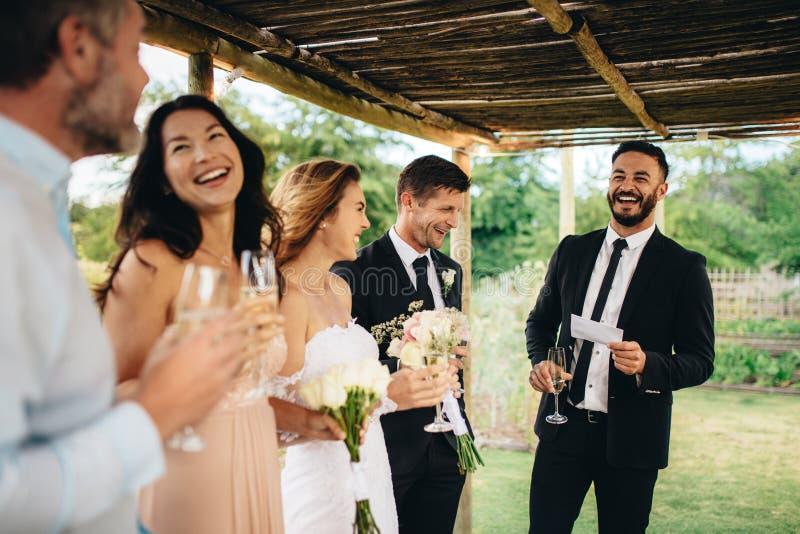 Najlepszy mężczyzna mowa dla nowożeńcy pary fotografia stock
