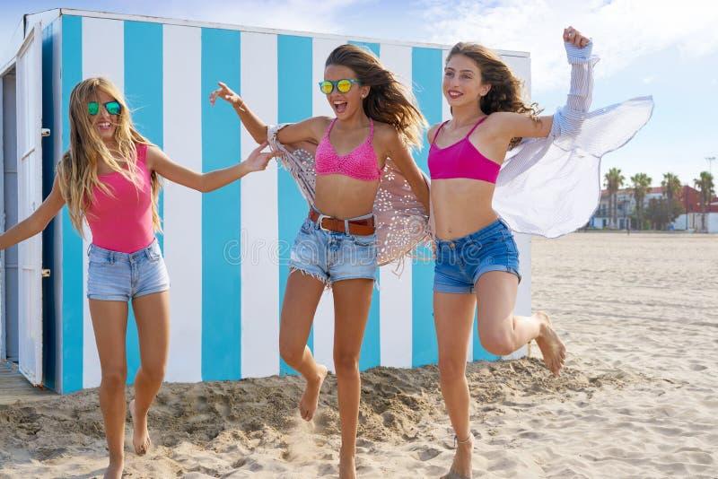 Najlepszy przyjaciel dziewczyn nastoletni biegać szczęśliwy w plaży obrazy stock