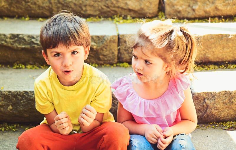 najlepszy przyjaciele, przyjaźń i wartości rodzinne, Wakacje letni i wakacje Dzieciństwo najpierw kocha mała dziewczyna dalej i c obraz stock