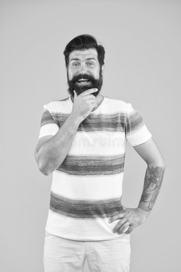 Najlepszy sposób na relaks uśmiechnięty żeglarz Dołącz do mojej grupy czynności kolekcja letnia styl morski brodaty człowiek hips zdjęcia royalty free