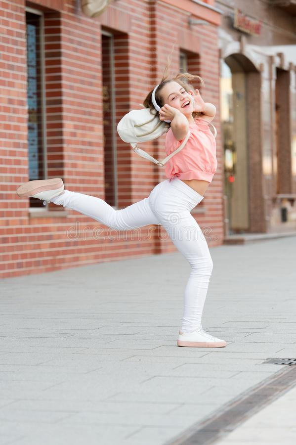 Najlepszy uliczny taniec kiedykolwiek r : Uroczy tancerza chodzenie zdjęcia royalty free