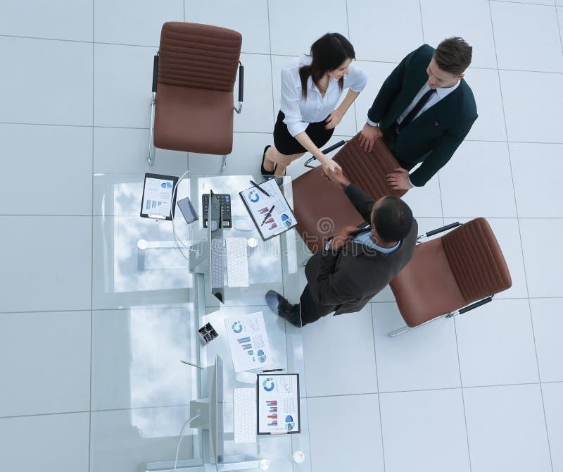 najlepszy widok uścisków dłoni partnery biznesowi przy biznesowym spotkaniem obraz stock