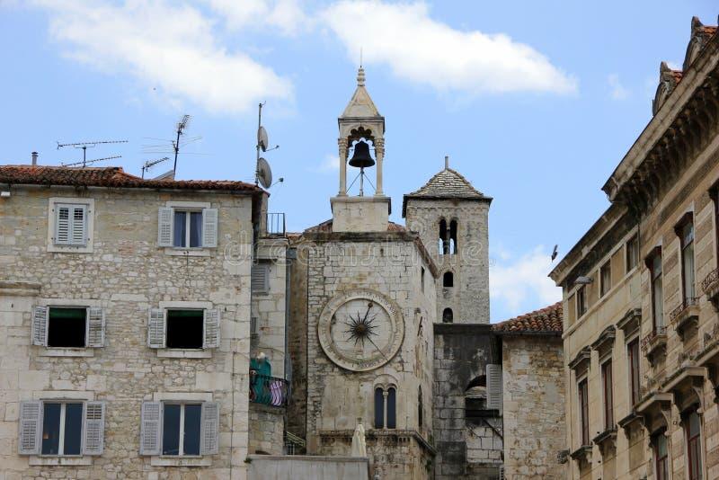 najpierw katolik Croatia przedstawił masowego księdza rozszczepiającego, co mówi zdjęcie stock