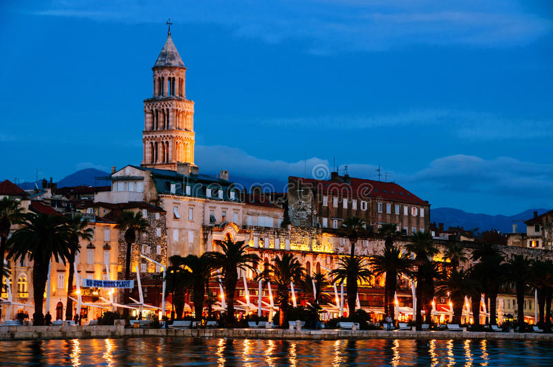 najpierw katolik Croatia przedstawił masowego księdza rozszczepiającego, co mówi Adriatycki brzeg z Diocletian pałac przy nocą obrazy stock