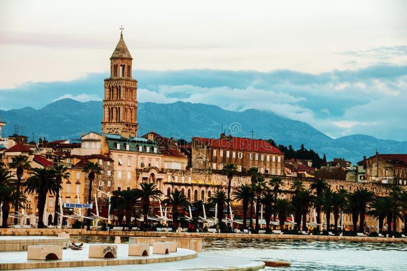 najpierw katolik Croatia przedstawił masowego księdza rozszczepiającego, co mówi Adriatycki brzeg z Diocletian pałac w wieczór fotografia stock