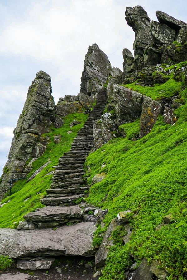 Najpierw 600 kroków unosi się Skellig Michael, konserwujący antyczny Irlandzki Chrześcijański monaster obrazy royalty free