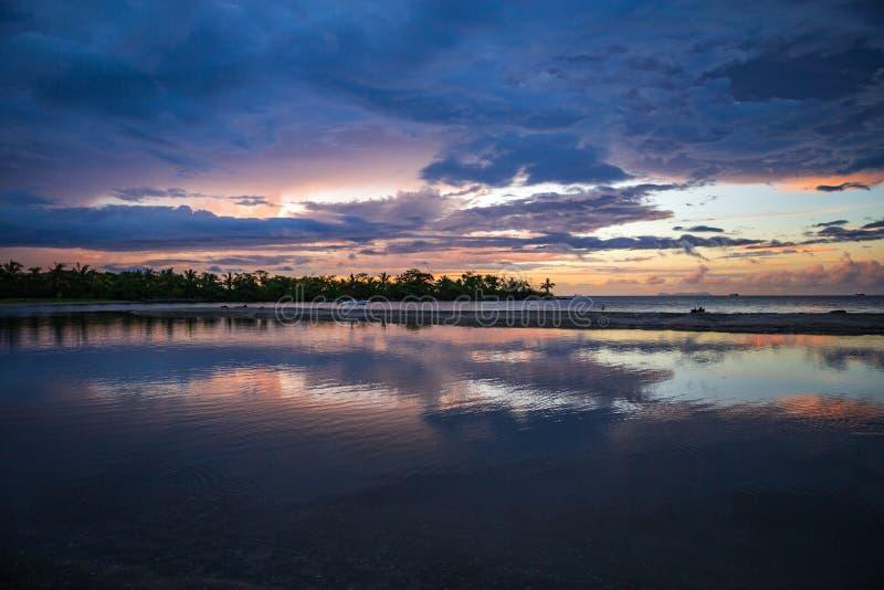 Najwięcej kolorowego zmierzchu po ciężkiej ulewy w Fiji zdjęcia stock
