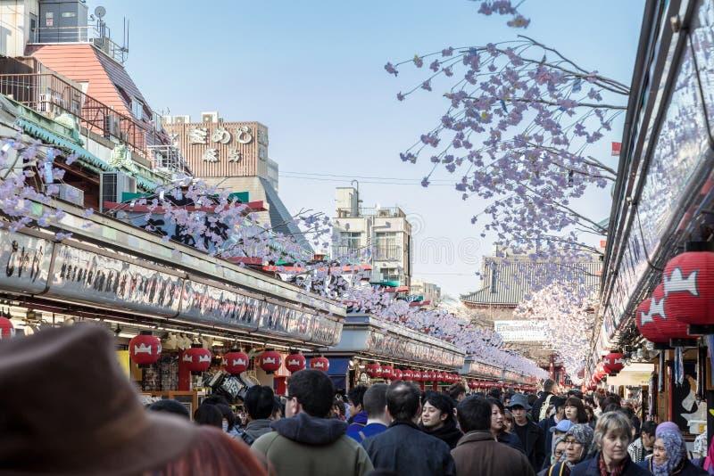Nakamise het winkelen de straat heeft heel wat winkel voor voedsel, dessert en giften vóór sensojitempel, Asakusa, Tokyo, Japan stock afbeeldingen