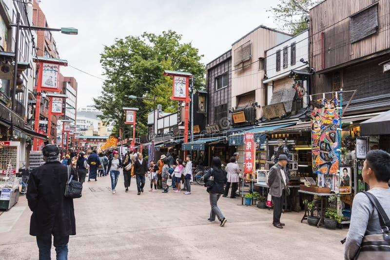 Nakamise het Winkelen Straat overvol met mensen Tokyo royalty-vrije stock fotografie